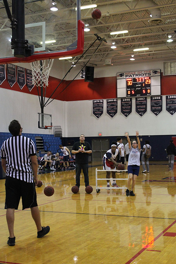 On+Feb.+2%2C+sophomore+Natalie+Salem+shoots+the+basketball+into+the+net+in+the+main+gym.+In+between+the+quarters+of+the+charity+basketball+game%2C+fans+were+treated+with+a+showing+of+baskets+from+members+of+the+girls%E2%80%99+basketball+team.