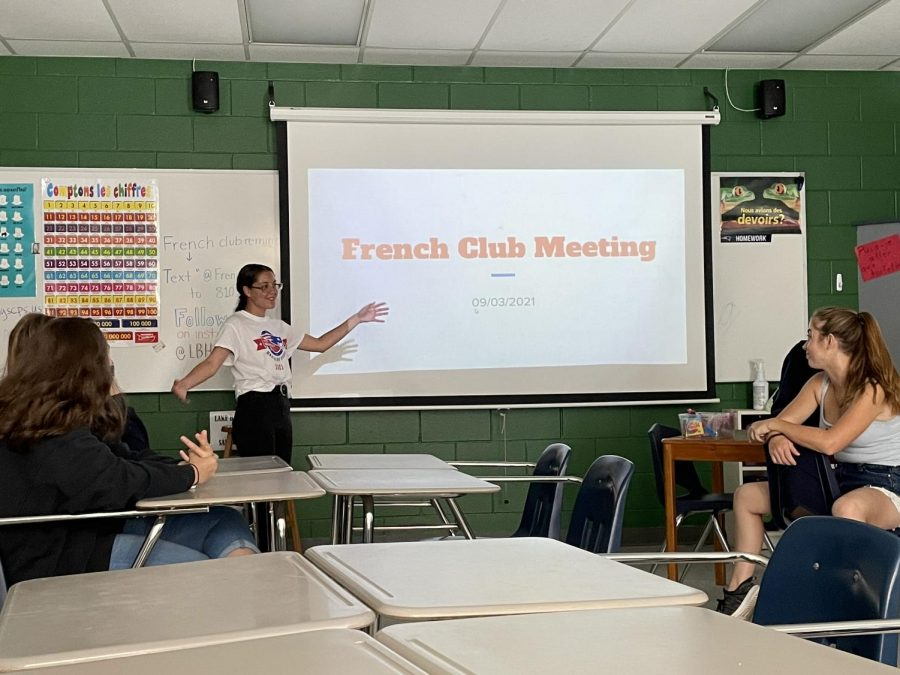 Senior+and+co-president+Victoria+Camposano+welcomes+students+to+French+Club%E2%80%99s+first+meeting+of+the+year+on+Friday%2C+Sep.+3.+Ideas+such+as+French+film+nights+and+other+club+activities+were+shared.
